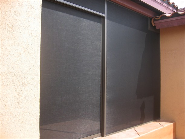 Sliding door has metal wheels